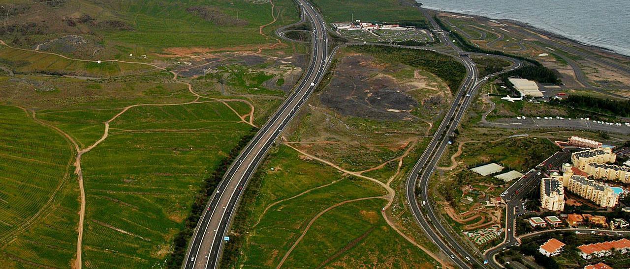 Vista de los terrenos de la familia Del Castillo, entre la autopista GC-1, a la izquierda, y la antigua carretera del Sur.