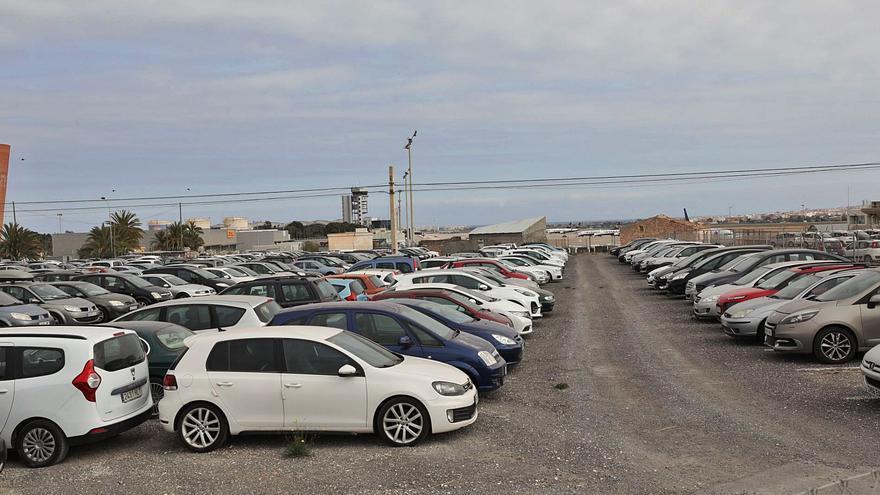 La segunda pista del aeropuerto y el tren limitarán la legalización de las firmas de alquiler de coches