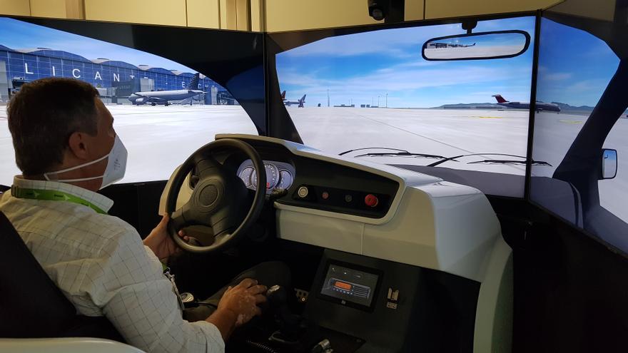 Aena pone en marcha un simulador para guiar a los aviones en las pistas del aeropuerto de Alicante-Elche