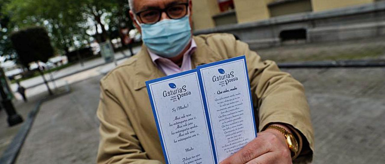 Juan García muestra el marcapáginas que será distribuido. |  | R. SOLÍS