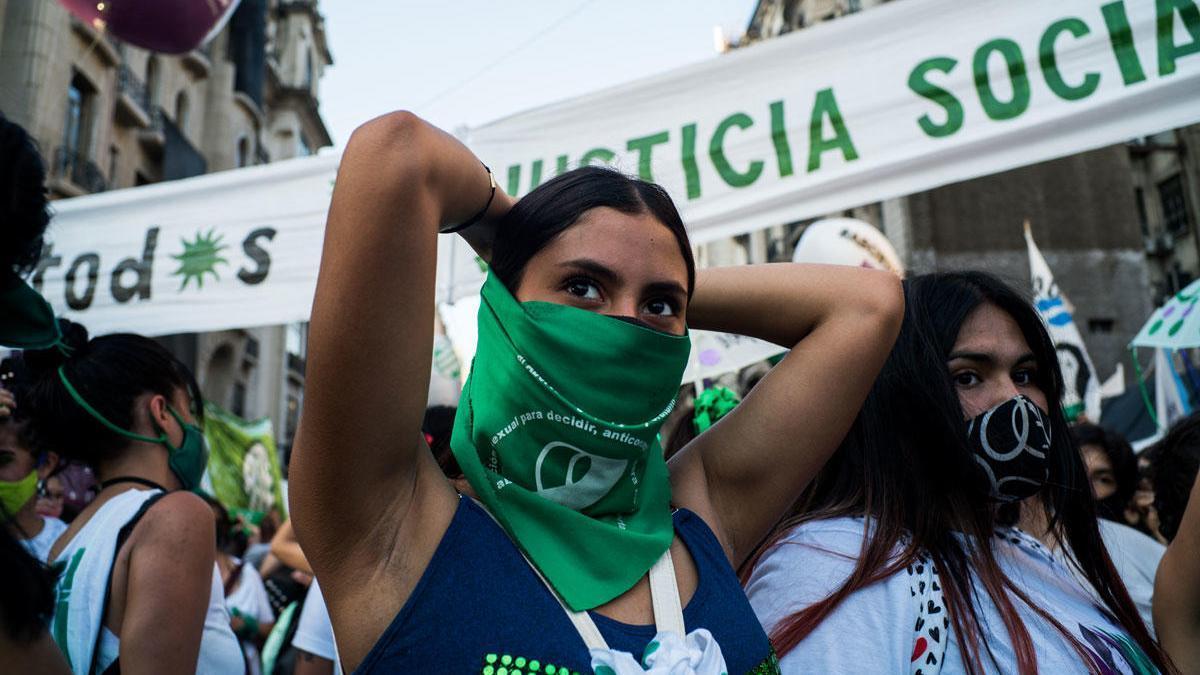 Una mujer participa en una movilización a favor de la legalización del aborto en Argentina.
