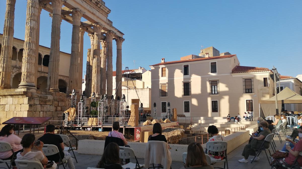 Ambiente durante la celebración de la feria del libro, ayer en el templo de Diana.