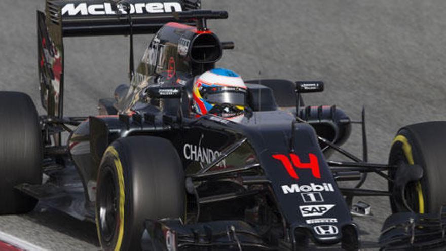El McLaren deja tirado a Alonso después de tres vueltas