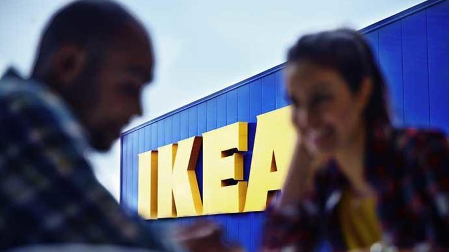 Una pareja en los exteriores de una tienda de Ikea.
