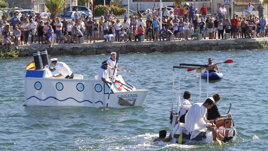 Los 'artefactos flotantes' se lanzan al río en la competición 'Flota como poidas' de Nigrán