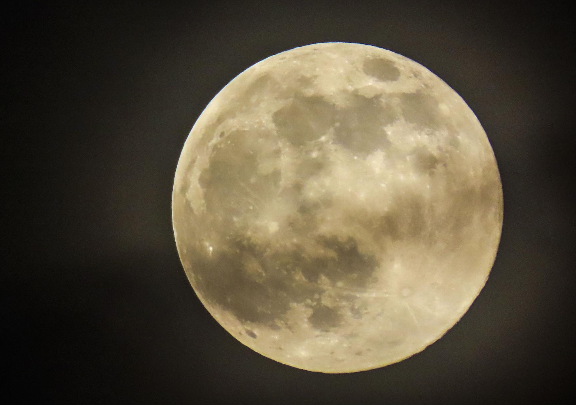 Super Pink Moon rise (109393200).jpg