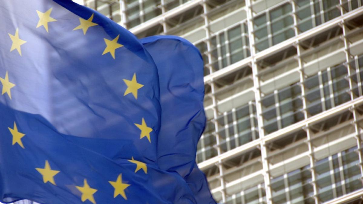 Bandera de la UE frente a la sede de la Comisión Europea.