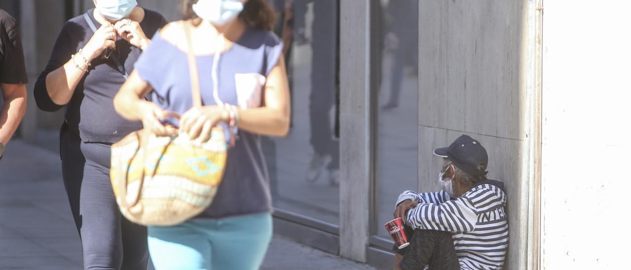 Un mendigo en el centro de Alicante