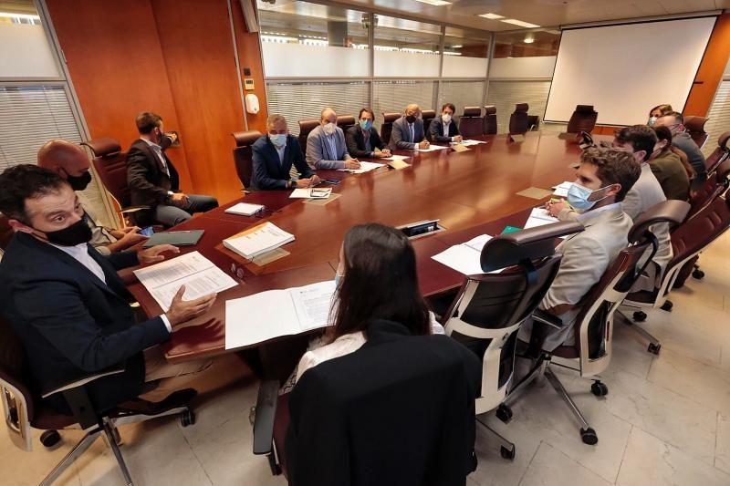 Reunión del concejal de Urbanismo de Santa Cruz, Carlos Tarife, con los representantes de los supermercados