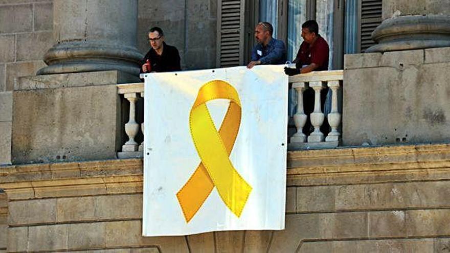L'Ajuntament de Barcelona torna a penjar un llaç groc a la seva façana