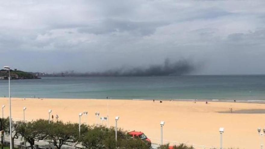 Una gran nube de carbón se adentra en la bahía de Gijón