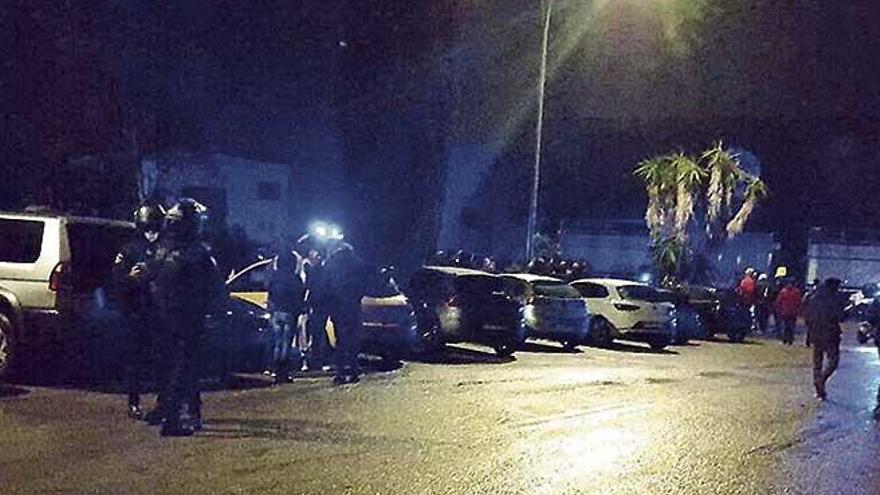 Sorprenden a 350 personas durante unas carreras ilegales de coches en Son Oms