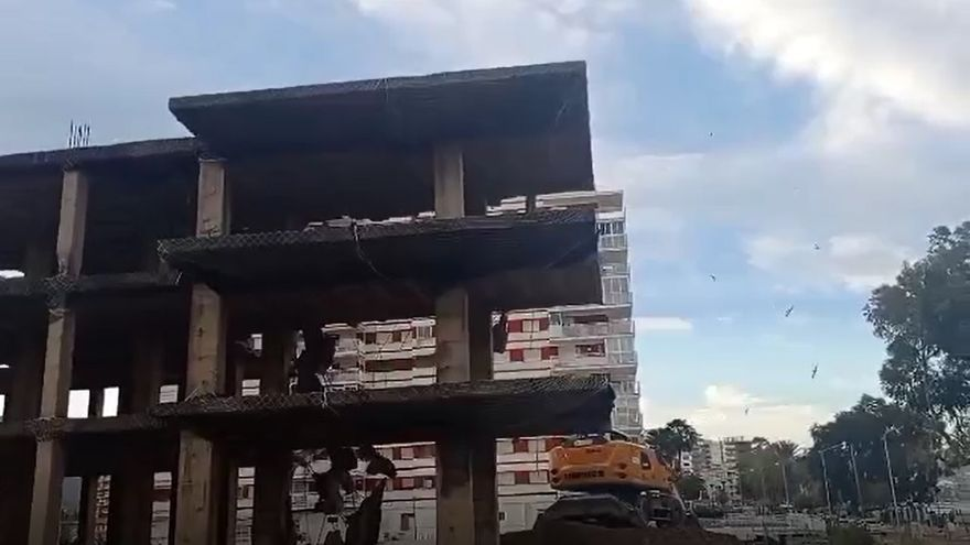 VÍDEO | Aparecen nidos de golondrinas en la estructura junto a los apartamentos Hawai de Benicàssim