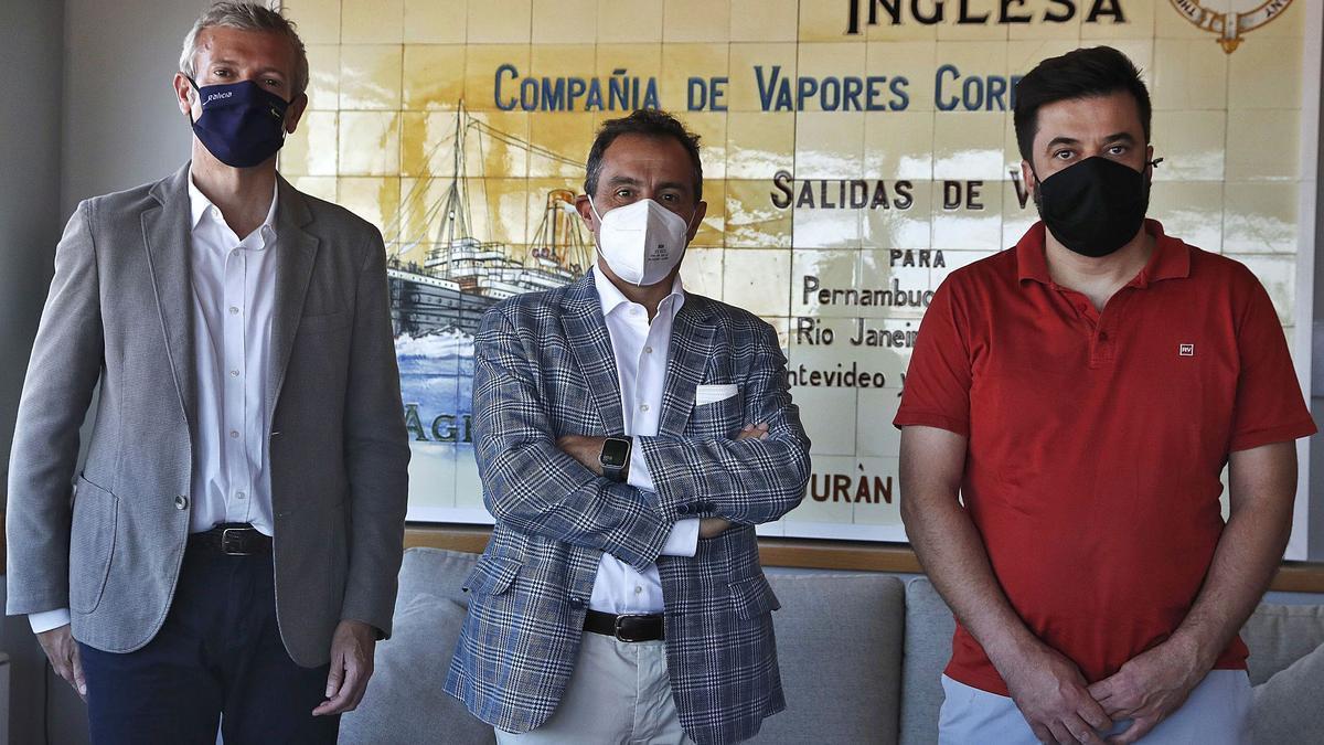Alfonso Rueda, César Sánchez-Ballesteros y Alberto González, posan antes de participar en la mesa de debate .   | // RICAARDO GROBAS