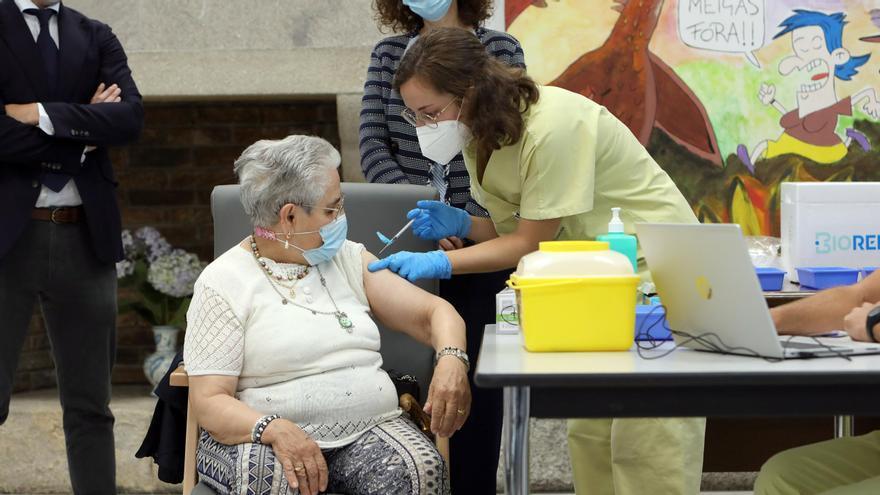 """Nieves Cabo, la primera gallega vacunada, """"contenta"""" tras recibir la tercera dosis contra el COVID: """"Vacunarse es la mejor cosa que hay"""""""