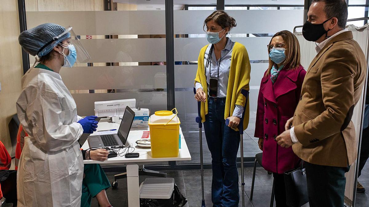 Clara San Damián, Montserrat Chimeno y Francisco José Requejo visitan el centro de vacunación permanente del Ramos Carrión. | Emilio Fraile