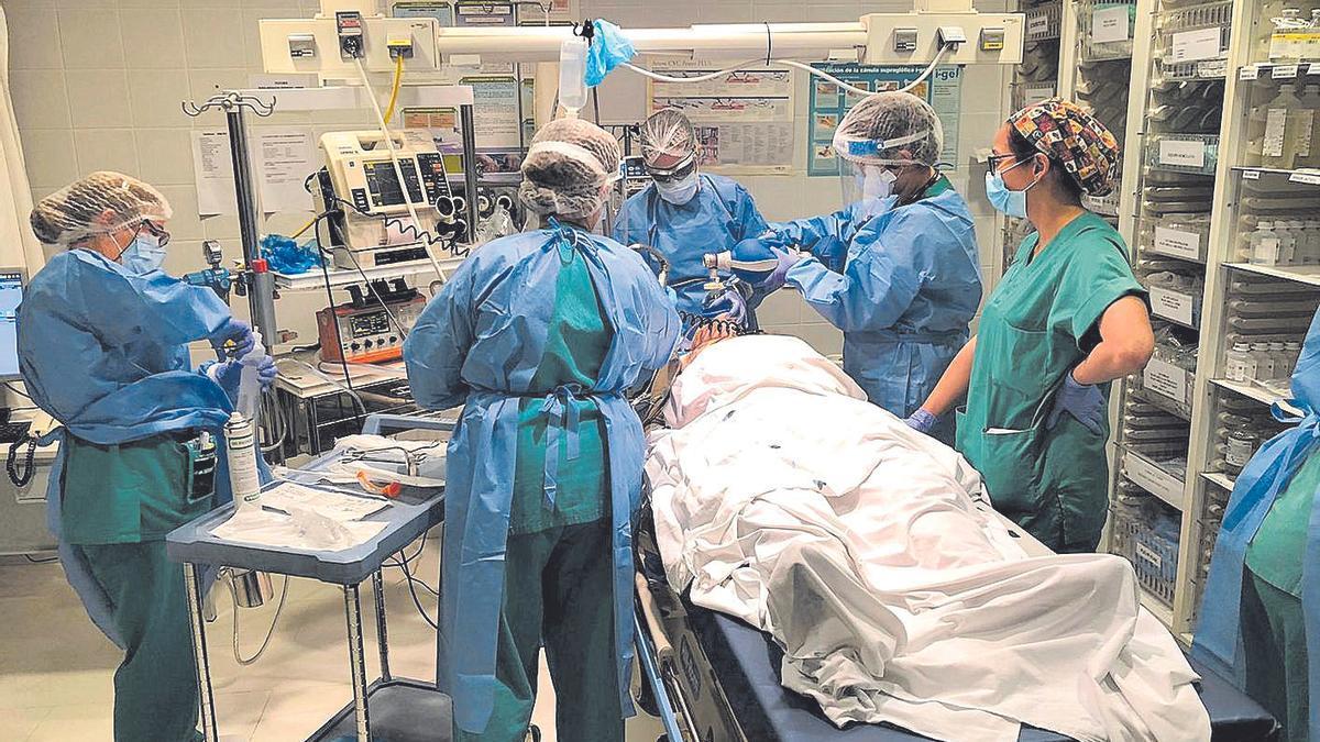 Profesionales de Urgencias atienden a un paciente.