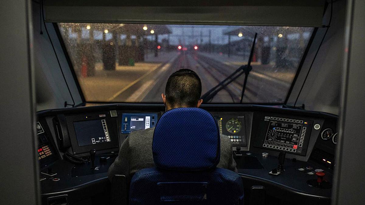 Un conductor de tren, durante un viaje con salida desde la estación de Zamora. |