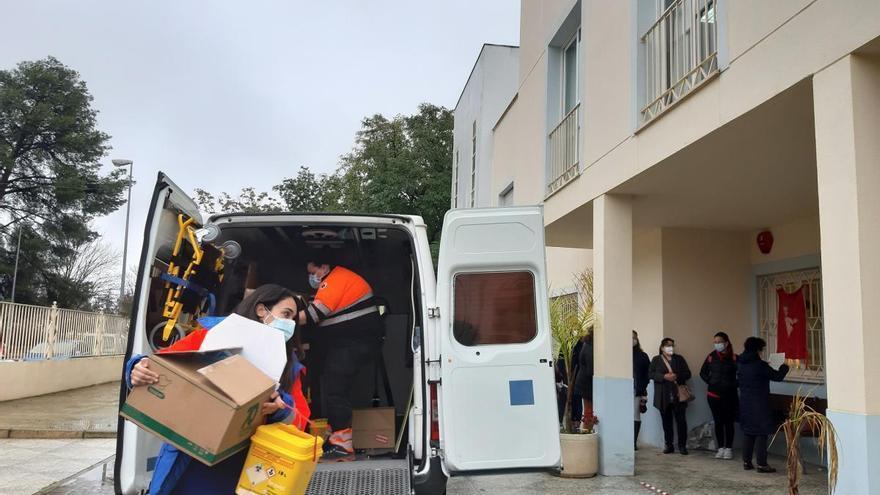 Llegan las vacunas contra el covid a la residencia DomusVi de Puente Genil