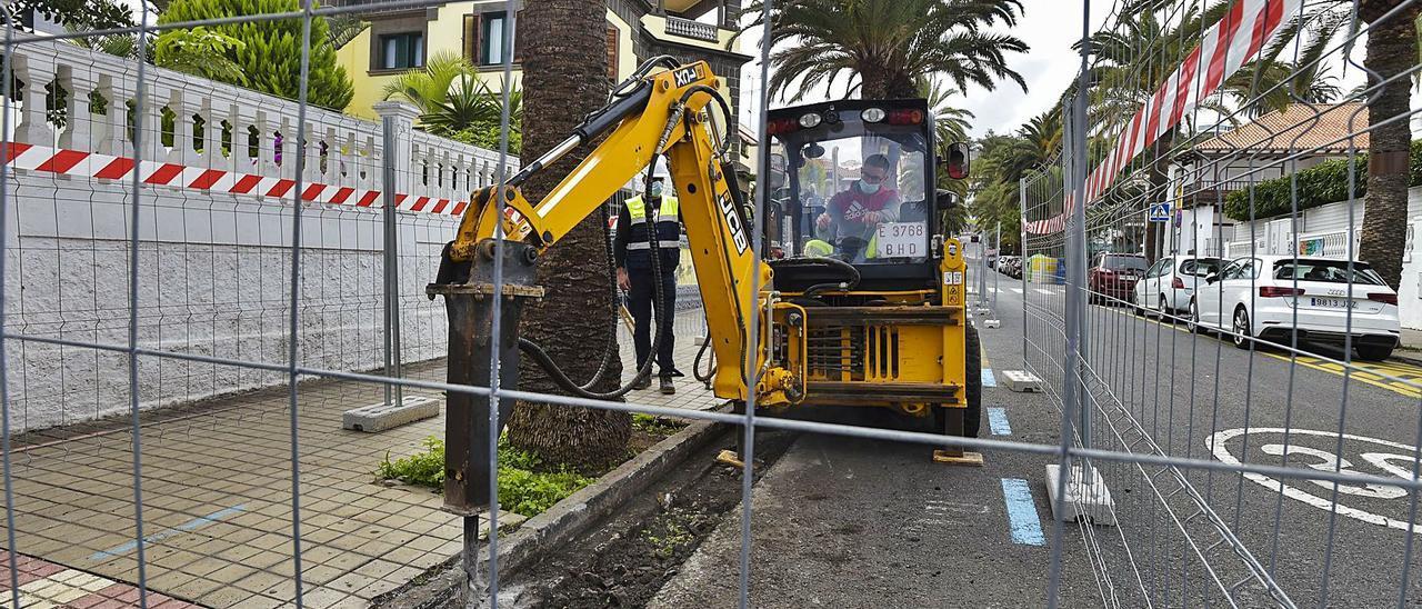Operarios del Ayuntamiento trabajan en el ensanchamiento de las aceras en la calle Paseo Madrid.     ANDRÉS CRUZ