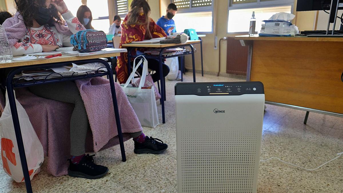 Alumnado durante una clase con uno de los aparatos.  áxel álvarez