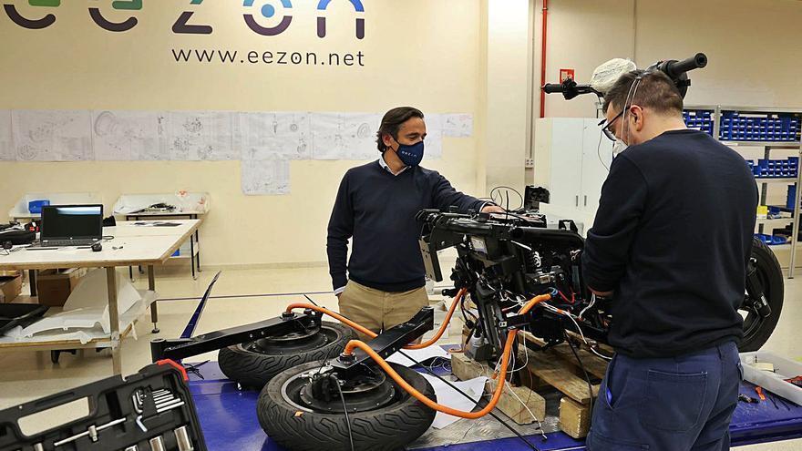 La moto eléctrica de tres ruedas viguesa que utilizará MRW para la última milla