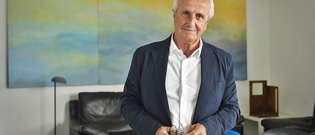 El arquitecto y ex presidente del Club Baloncesto Gran Canaria, Lisandro Hernández, el viernes en su estudio. | | ANDRÉS CRUZ