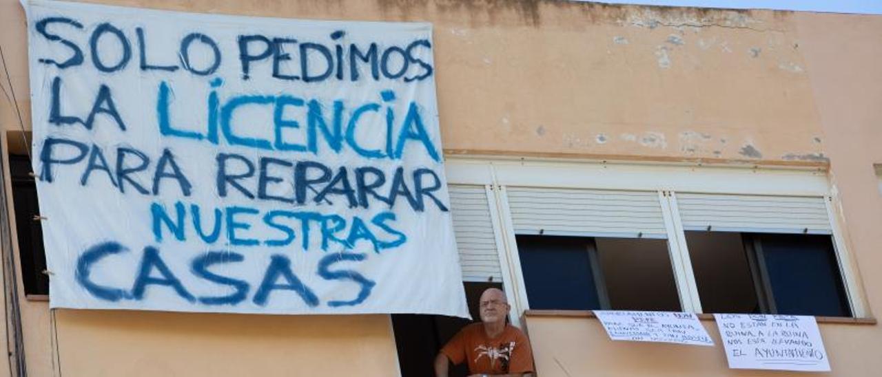 Los vecinos han colgado pancartas reivindicativas en los balcones y ventanas de sus casas.