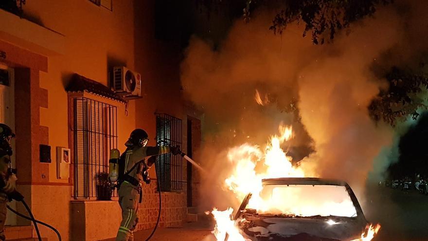 Un coche arde de madrugada en la calle Bélgica del Cerro de Reyes