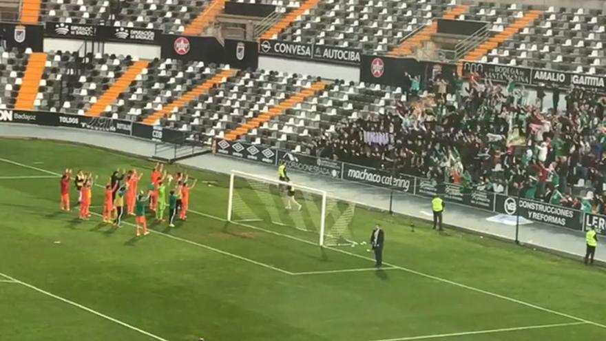 Los jugadores del Córdoba celebran la victoria con su afición