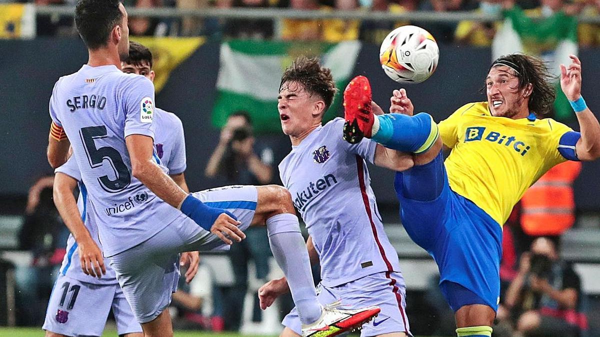Gavi, que va debutar ahir amb el primer equip, en una acció amb Espino.   EFE/ROMÁN RÍOS