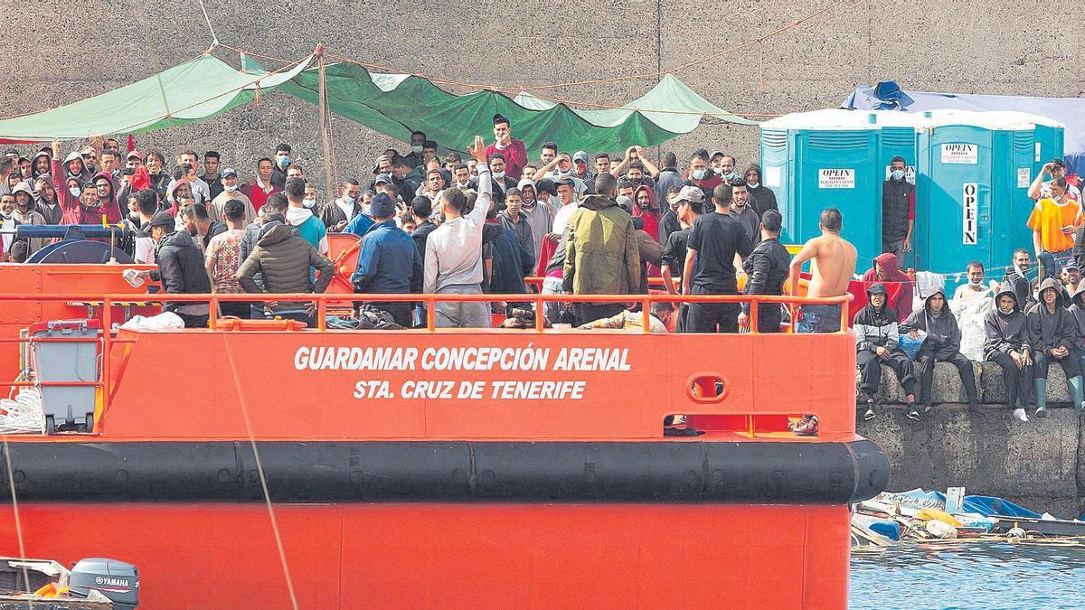 Salvamento Marítimo lleva nuevos rescatados al campamento del muelle de Arguineguín donde continúan cientos de migrantes.