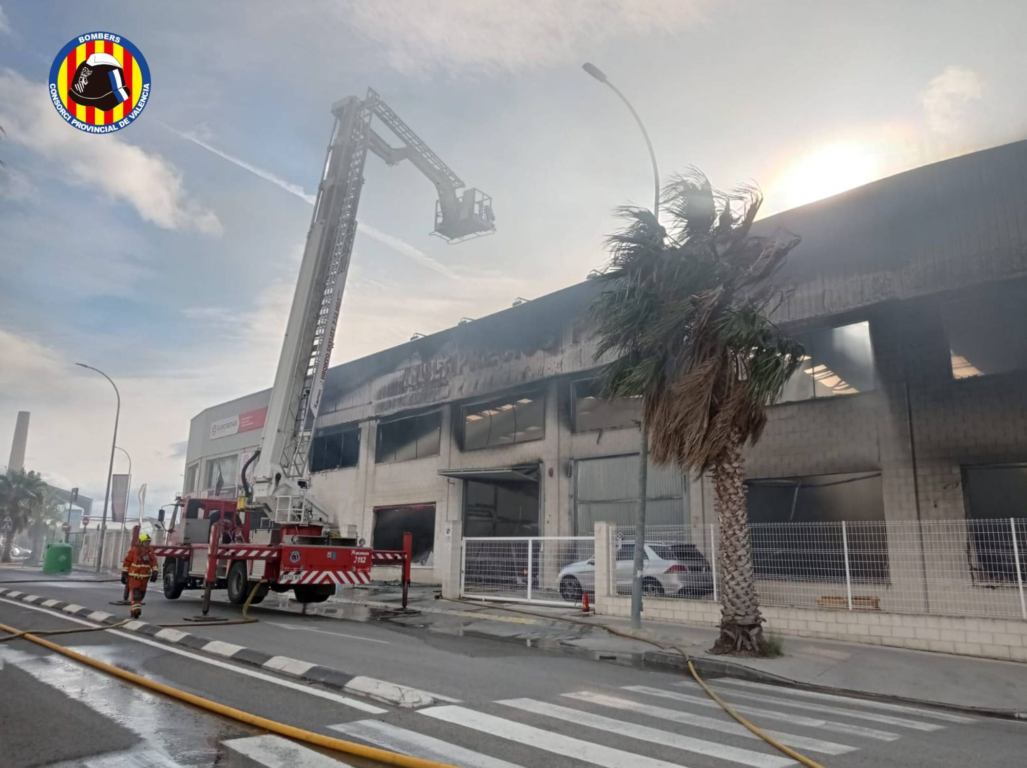 Incendio en una nave industrial de Montserrat