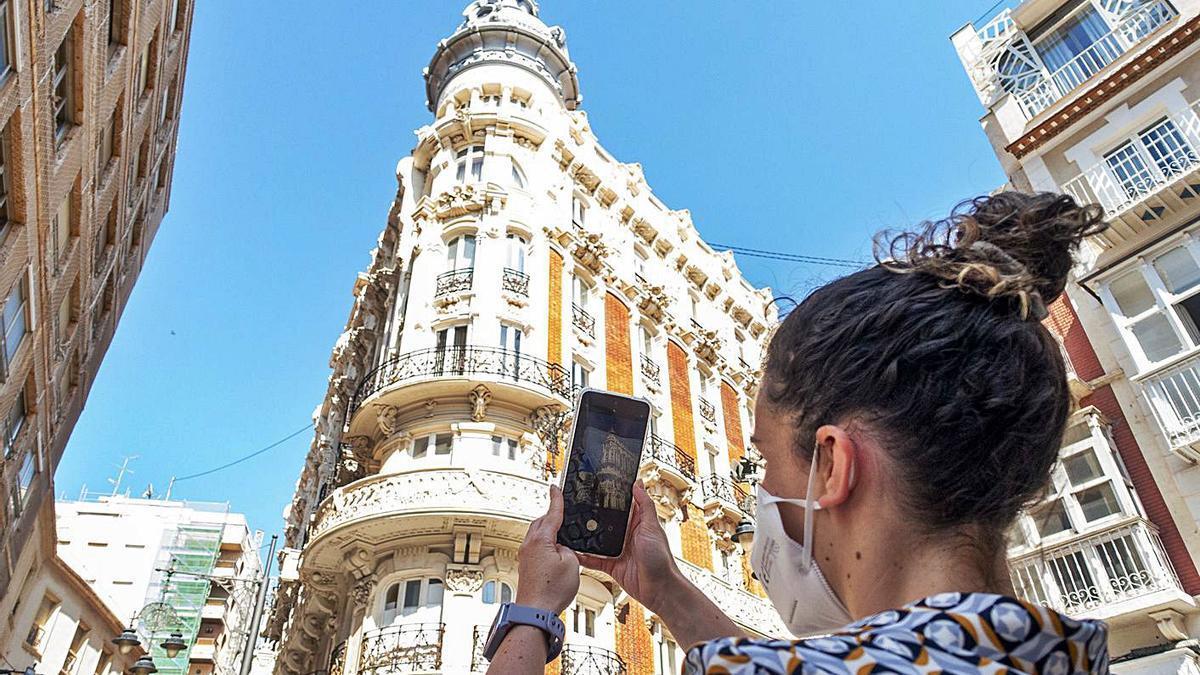 Nuria Berruezo, desarrolladora de la aplicación, muestra cómo usar 'Cartagena Viva'.   IVÁN URQUÍZAR