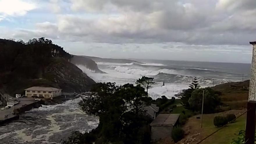 La marejada causa daños en Puerto de Vega y Candás