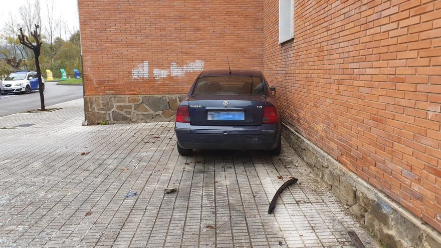Un conductor sin carné empotra su coche contra un edificio en Sotrondio