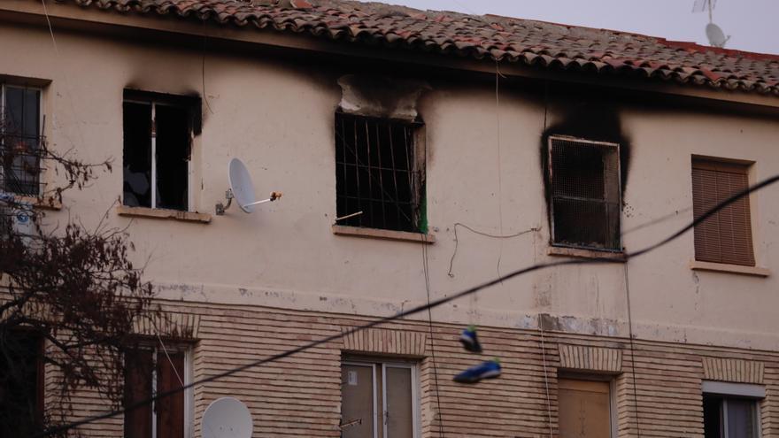 Los bomberos rescatan en Zaragoza a dos personas refugiadas en una terraza tras un incendio