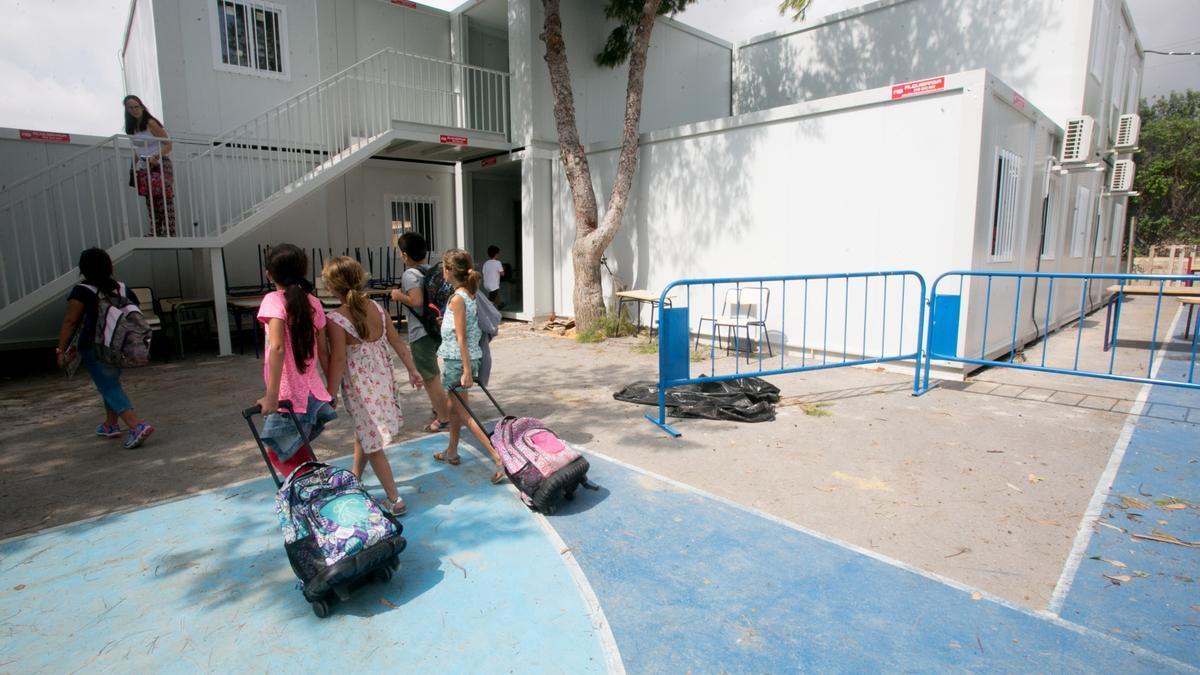 Un alumno juega en el patio del colegio de la Cañada, donde las clases se dan en barracones.