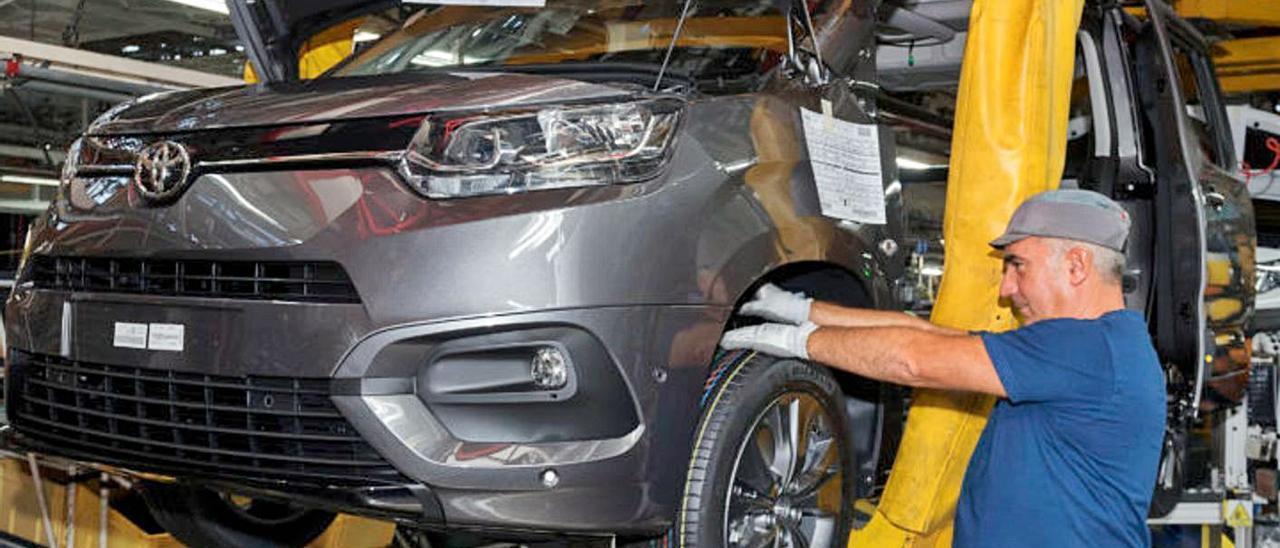 Un modelo de Toyota, en la línea de montaje de la planta de Balaídos del Grupo PSA.     // VÍCTOR CAMESELLE