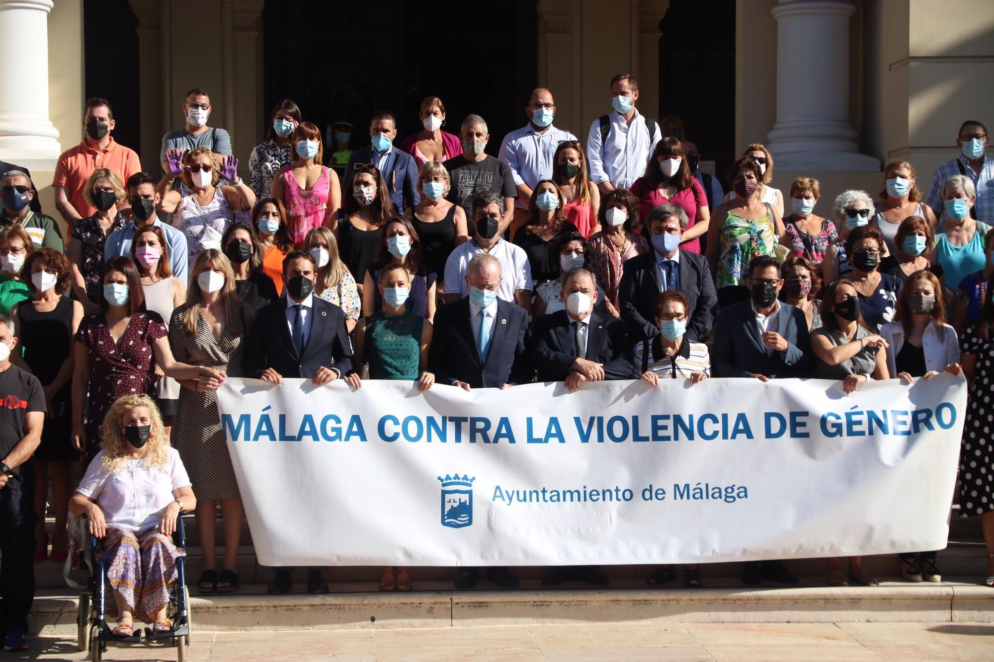 Minuto de silencio en el Ayuntamiento de Málaga por el crimen ocurrido en El Bulto