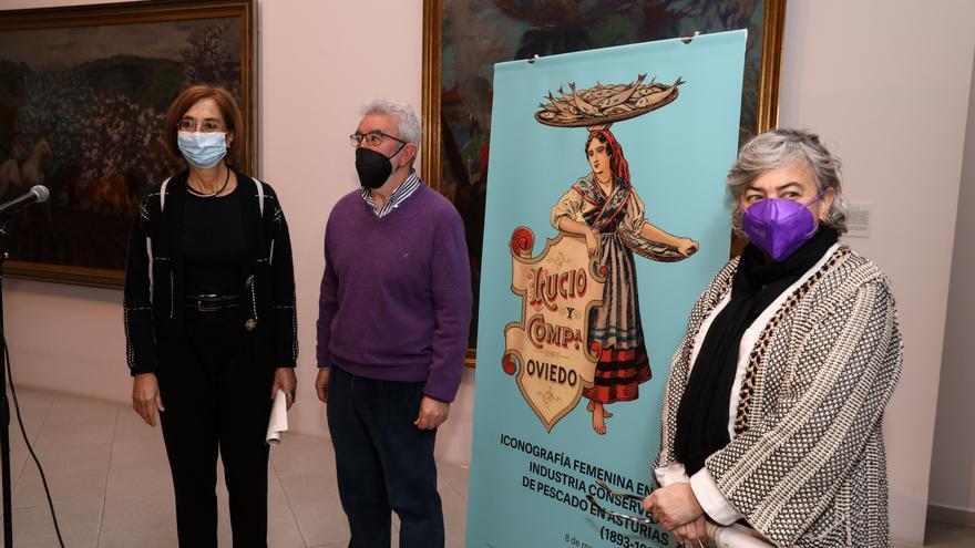La alcaldesa de Gijón asiste a la inauguración de la exposición iconográfica femenina en la industria conservera