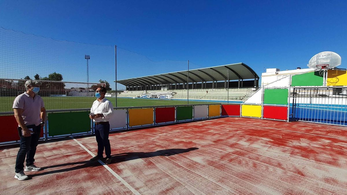 El concejal Francisco Casas visita las pistas deportivas de Cabra.