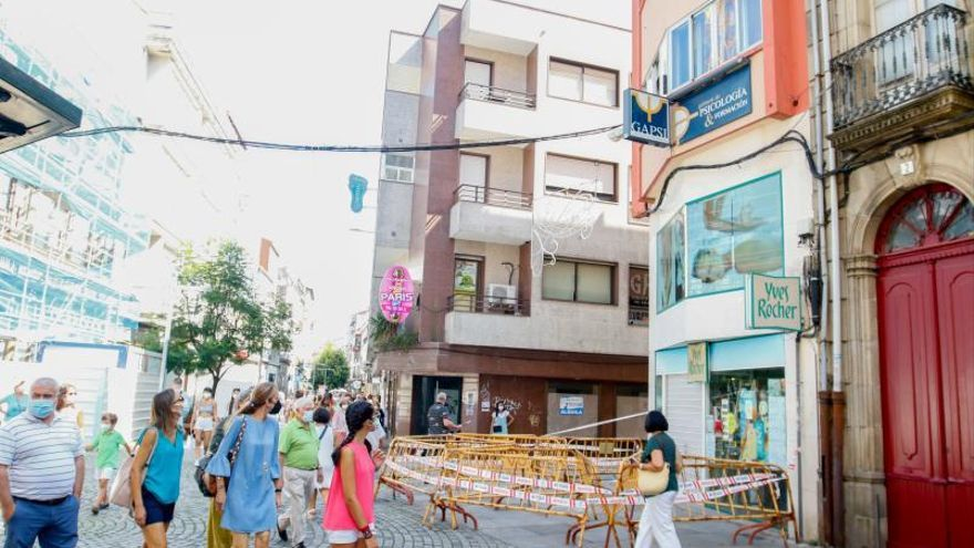 Peligro por caída de cascotes en Vilagarcía: media docena de fachadas llevan semanas valladas