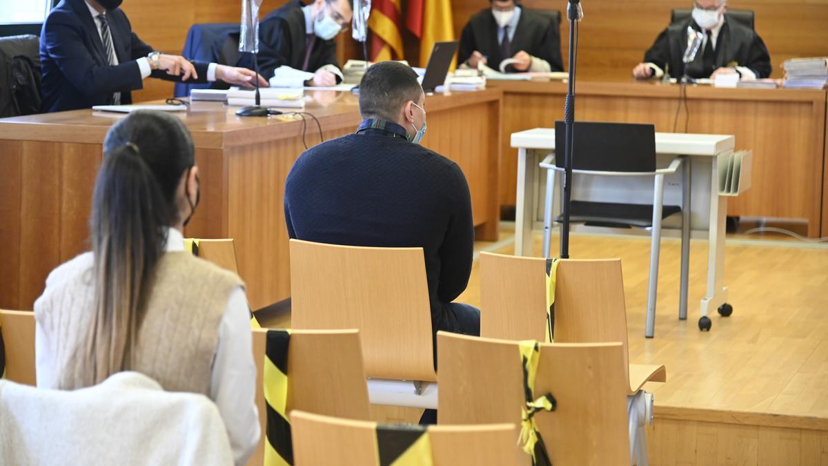 Imagen de los dos condenados, sentados en el banquillo de los acusados de la Audiencia Provincial.