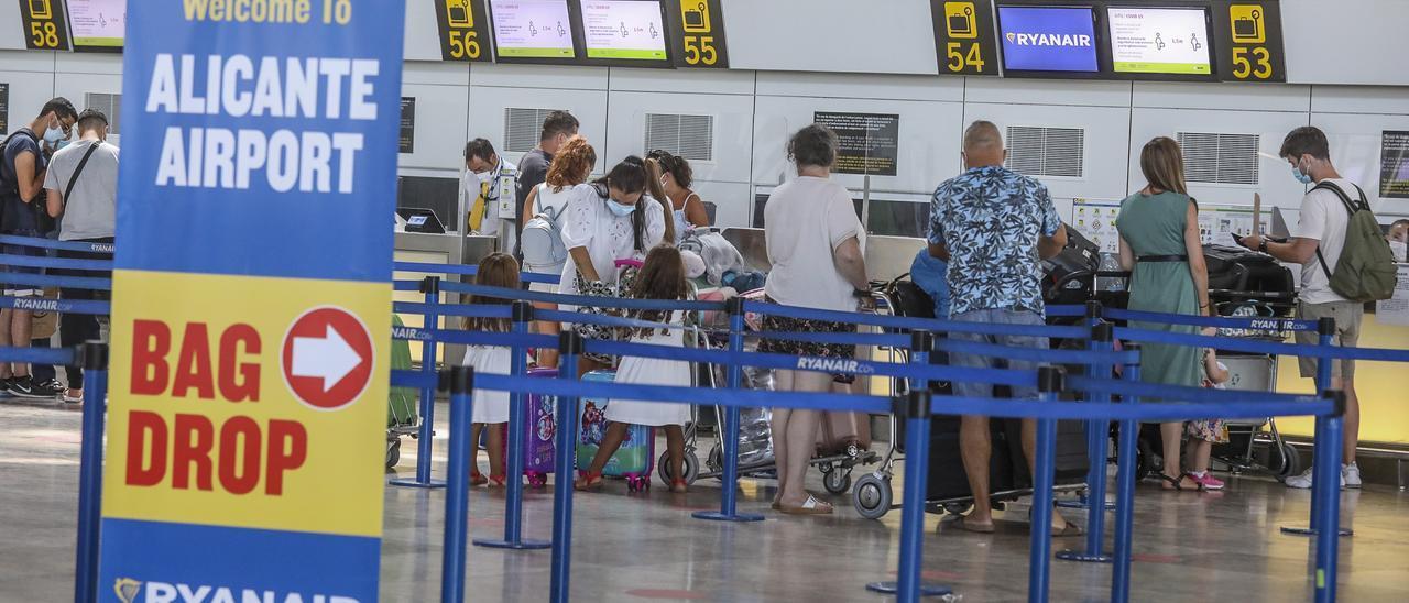 Turistas británicos facturando equipajes en el aeropuerto de Alicante-Elche