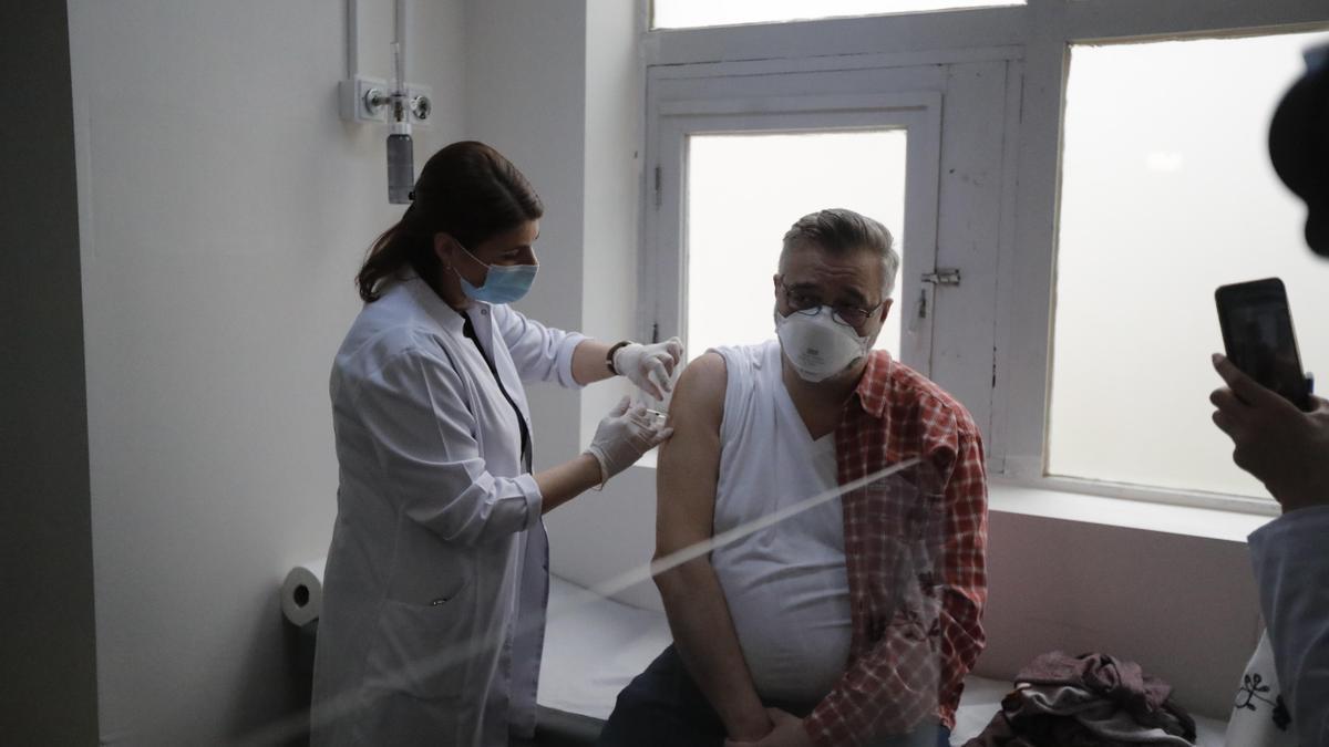 Un hombre recibe una dosis de la vacuna de Astrazeneca