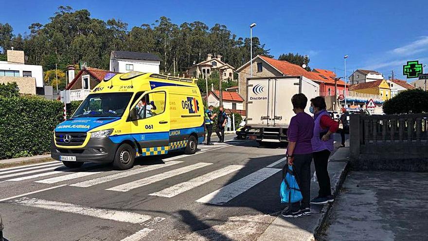 Hospitalizada una mujer de 76 años tras ser arrollada en un paso de cebra en Aldán