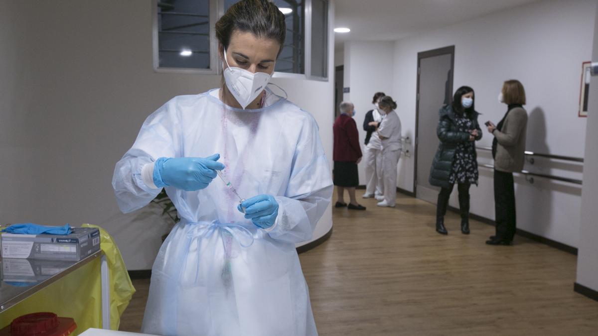 Una sanitaria preparando la vacuna contra la covid.