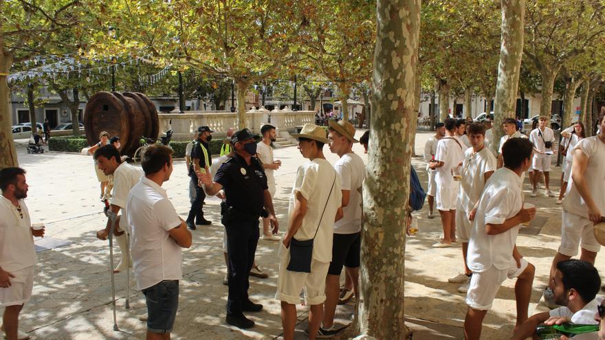 Jóvenes de Binissalem se reúnen espontáneamente para remomorar el inicio de la Festa des Vermar