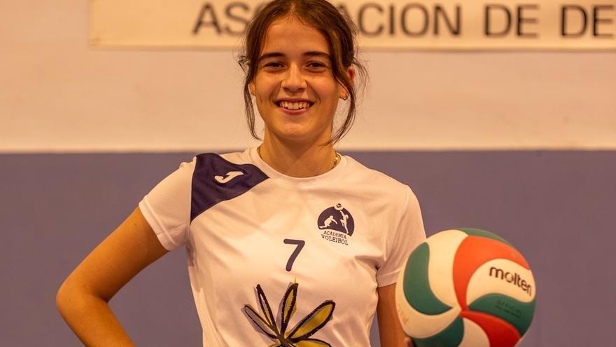 La central Paloma Jiménez, con la selección española de voleibol